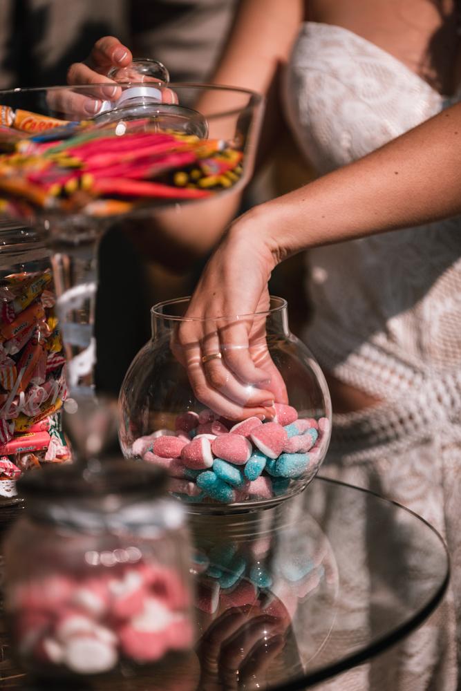 Photographe mariage, couple au candy bar