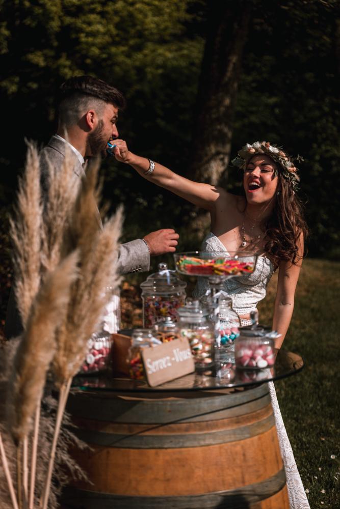 Photographe mariage, couple, bonbon