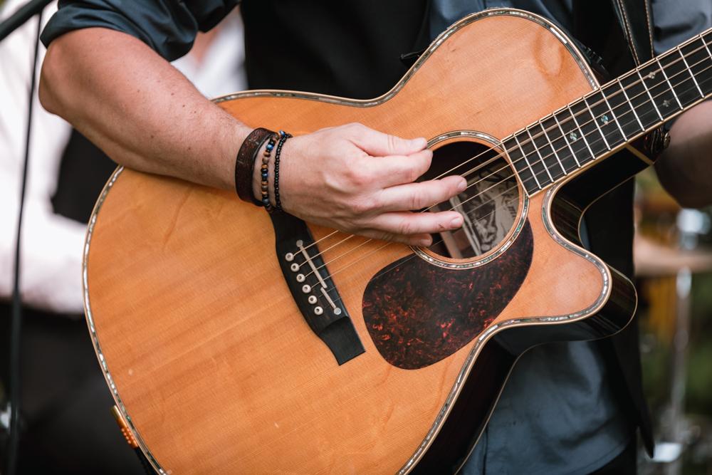 Photographe mariage mayenne, maine et loire. guitare