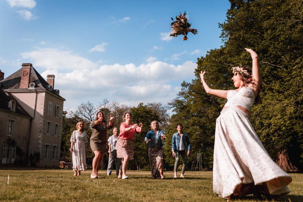 Photographe mariage mayenne, maine et loire. Lancée de bouquet de mariée