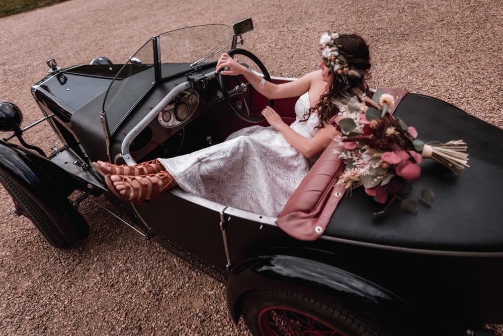 Photographe mariage mayenne, maine et loire. Séance couple voiture vintage