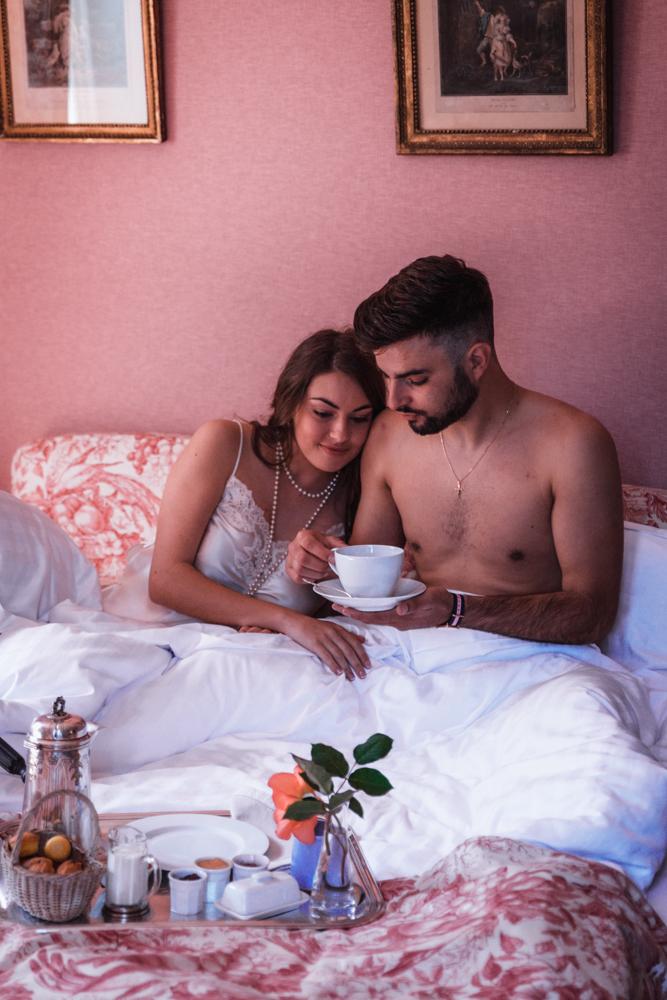 Photographe mariage, mayenne, maine et loire et sarthe, moment cocooning au lit avant le mariage
