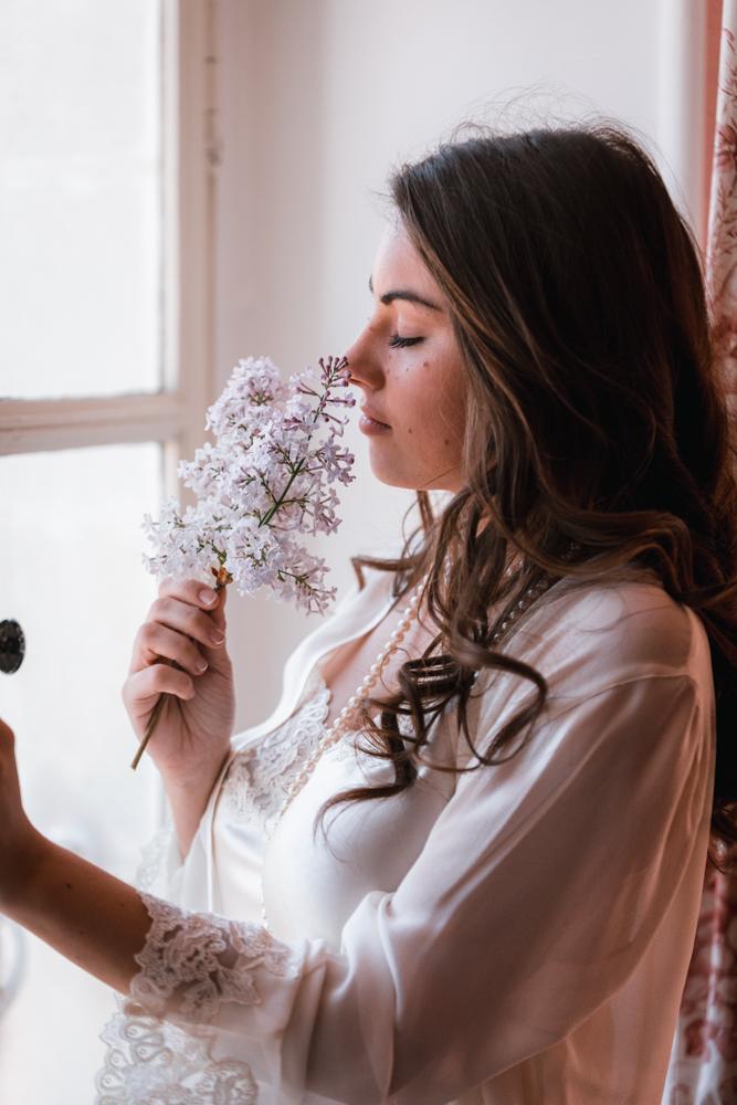 Photographe mariage, mayenne, maine et loire et sarthe, la mariée avec un lilas