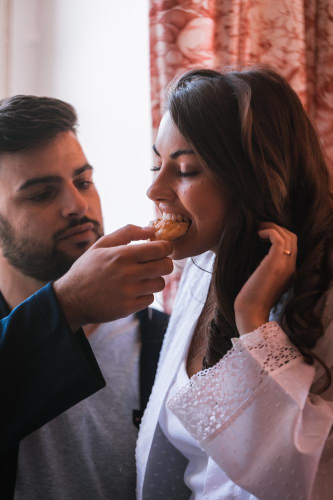 moment intime après le mariage, petit déjeuner au lit. Photographe mariage, mayenne, maine et loire et sarthe