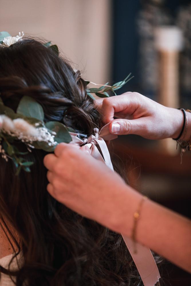 pose couronne fleur mariée, photographe mariage