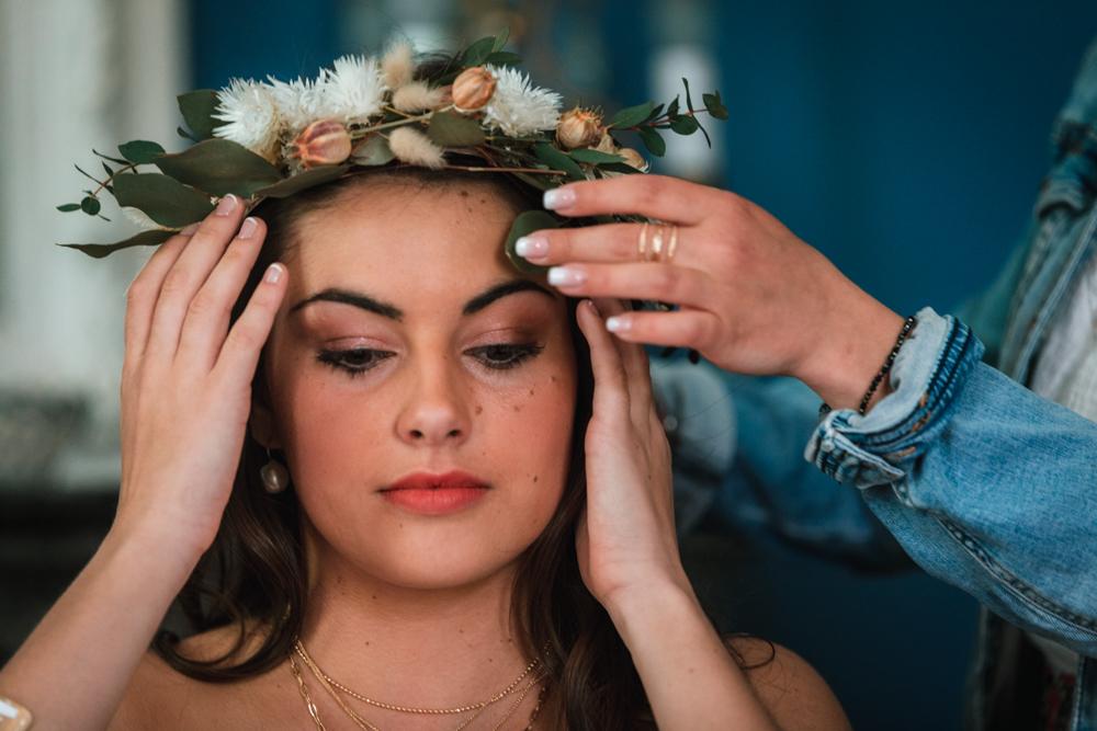 pose couronne sur la tête de la mariée