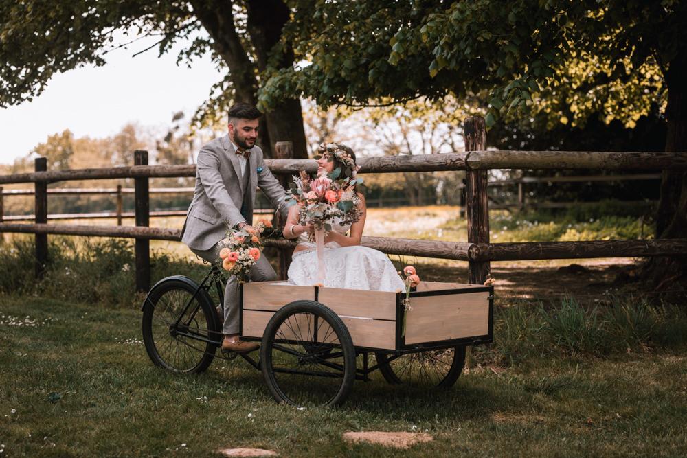 entrée des mariés en triporteur, mariage, cérémonie laïque