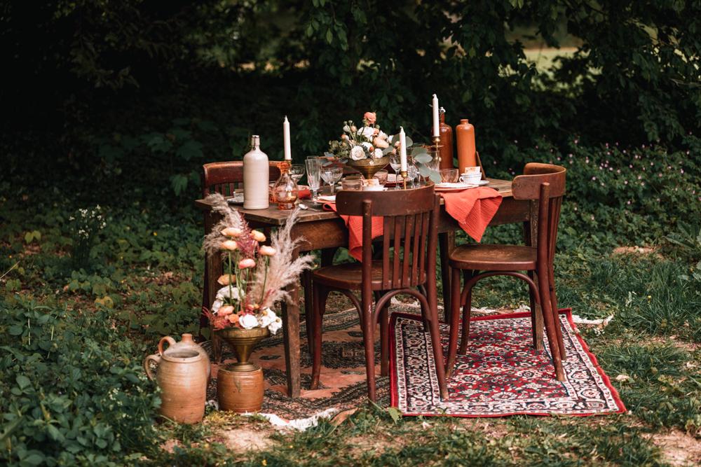 table de mariage, couleur nude, automnale, papeterie naturel. Avec des chaises bistrot